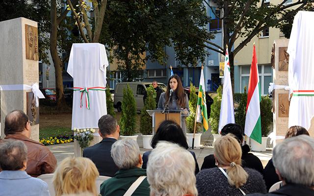 Szalay-Bobrovniczky Alexandra főpolgármester-helyettes beszédet mond a Muzsikus Cigányok Emlékhelyen két új dombormű átadásának avató ünnepségén