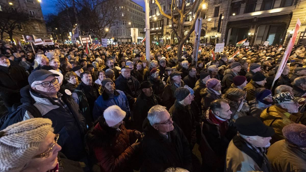Tüntető ütött ellentüntetőt tegnap az Erzsébetvárosi önkormánytat épületénél