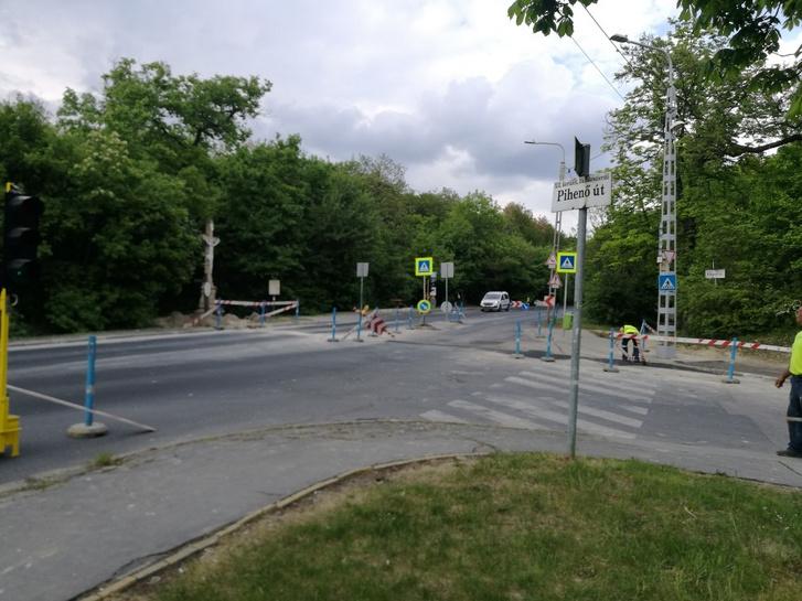 Valaki felszedte a terelést a félkész útszakaszon a Budakeszi úton