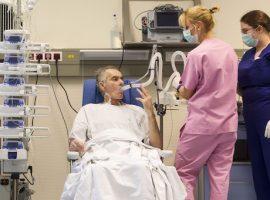 Budapest, 2015. december 19.Stumpf Tibor, a Magyarországon első sikeresen végrehajtott tüdőtranszplantáción átesett beteg az Országos Onkológiai Intézetben 2015. december 19-én. A hatórás műtétet december 12-én végezték el, a beteg jól van. Egy 59 éves férfi volt a donor, az ő tüdejét ültették át az 53 éves férfiba.MTI Fotó: Szigetváry Zsolt